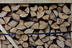 Ein Stapel des Holzes im Hausspeicher Rohes abgestreiftes Holz meldet einen Lagerplatz an Stockfotos