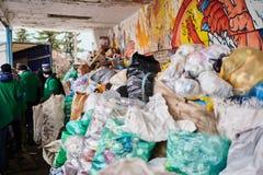 Ein Stapel des Plastikabfalls vorbereitet für die Wiederverwertung lizenzfreie stockbilder