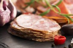 Ein Stapel des unterschiedlichen spanischen embutido, des jamon, der Chorizo und des lomo EM Lizenzfreies Stockfoto