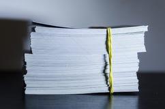Ein Stapel des Weißbuches stockbild