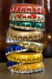 Ein Stapel Flaschenkapseln Stockfotografie