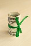 Ein Stapel Geld mit einem Band Teures Geschenk lizenzfreies stockfoto
