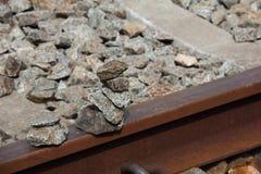 Ein Stapel Granit schaukelt auf alte Eisenbahnlinien Stockbild