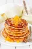 Ein Stapel Kürbis-Pfannkuchen überstiegen mit Kürbis-in-Sirup-Konserven Stockbild