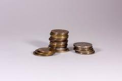 Ein Stapel Münzen auf einem weißen Hintergrund lizenzfreies stockbild