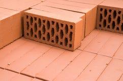 Ein Stapel neue Ziegelsteine des roten Lehms Stockbilder