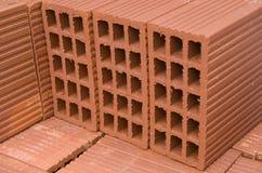 Ein Stapel neue Ziegelsteine des roten Lehms Lizenzfreies Stockfoto