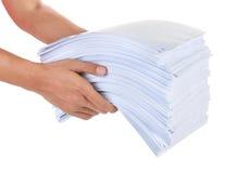 Ein Stapel Papier in der Hand Lizenzfreie Stockfotografie