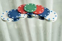Ein Stapel Pokerchips, die in einem Spiegel sich reflektieren Stockfoto