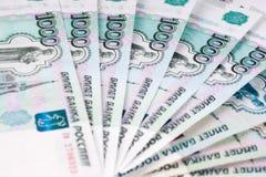 Ein Stapel TausendRubel-Banknoten, der Verbreitung Geld heraus Russisches c stockbild