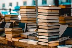 Ein Stapel von alten Büchern im Markt stockfotos