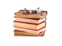 Ein Stapel von alten Büchern und von Gläsern Stockfoto