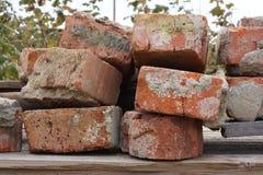 Ein Stapel von alten Ziegelsteinen Lizenzfreie Stockfotos