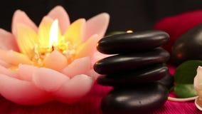 Ein Stapel von ausgeglichenen schwarzen Badekurorttherapiesteinen