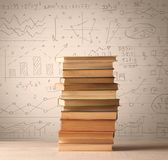 Ein Stapel von Büchern mit den Matheformeln geschrieben in Gekritzelart Stockfotos