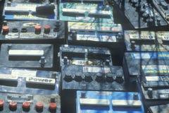 Ein Stapel von den Autobatterien bereit zur Beseitigung stockbilder
