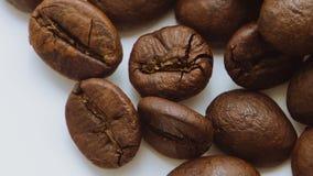 Ein Stapel von den drehenden Röstkaffeebohnen stock video
