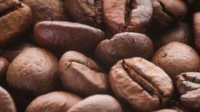 Ein Stapel von den drehenden Röstkaffeebohnen stock footage