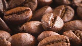 Ein Stapel von den drehenden Röstkaffeebohnen stock video footage