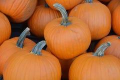 Ein Stapel von den Kürbisen bereit zu Halloween Lizenzfreie Stockfotos