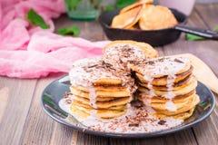 Ein Stapel von den Pfannkuchen angefüllt mit Fruchtjoghurt Stockfotografie