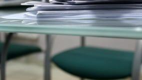Ein Stapel von Dokumenten und von Büropapier stock video
