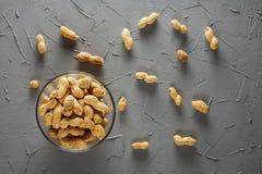 Ein Stapel von Erdnüssen in der Glasschüssel Stockfotos