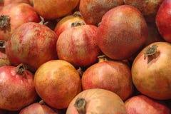 Ein Stapel von Granatäpfeln im Markt lizenzfreie stockfotos
