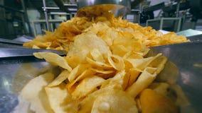 Ein Stapel von Kartoffelchips wird nach ihrer Freigabe durch die Maschine gebildet stock video