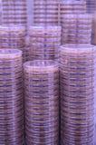 Ein Stapel von Petri Dishes mit purpurroten Medien Lizenzfreie Stockfotos