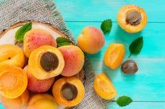 Ein Stapel von reifen saftigen Aprikosen auf einem hellen Hintergrund Stockbilder