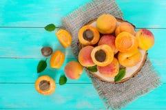 Ein Stapel von reifen saftigen Aprikosen auf einem hellen Hintergrund Stockbild