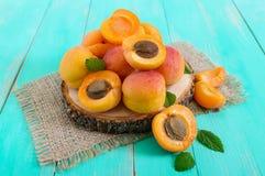 Ein Stapel von reifen saftigen Aprikosen auf einem hellen Hintergrund Stockfotografie