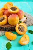 Ein Stapel von reifen saftigen Aprikosen auf einem hellen Hintergrund Lizenzfreie Stockbilder