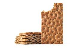 Ein Stapel von Scheiben trocknen das Brot und eine Scheibe, die gebissen werden Stockfotos