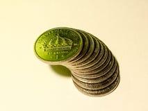 Ein Stapel von schwedischen Münzen von einer Krone im grünen Licht Stockbilder
