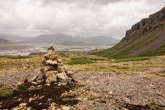 Ein Stapel von Steinen in einer Landschaft von Lonsoraefi, Island Lizenzfreie Stockfotos