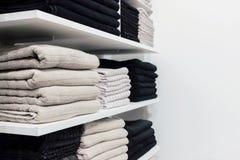 Ein Stapel von Tüchern auf Regal Stockfotos