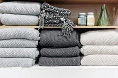 Ein Stapel von Tüchern auf Regal Stockbilder