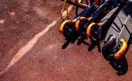 Ein Stapel von Trittrollern auf einer Straße stockbilder