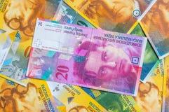 Ein Stapel von Währungsbanknoten des Schweizer Franken Stockfotos