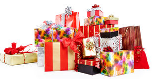 Ein Stapel von Weihnachtsgeschenken in der bunten Verpackung Stockbild