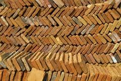 ein Stapel von Ziegelsteinen liegen schräg in den diagonalen Linien stockfoto