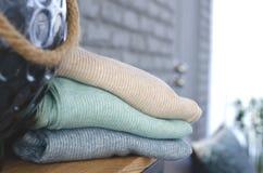 Ein Stapel warme Kleidung lizenzfreie stockfotos