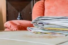 Ein Stapel Zeitungen auf einer Fliese-Tabelle Stockfotos