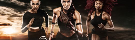 Ein starker athletischer, Frauensprinter, laufend auf dem dunklen Hintergrund, der in der Sportkleidungs-, Eignungs- und Sportmot stockfotos