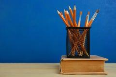 Ein starkes Buch und Bleistifte Stockbild