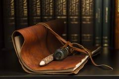 Ein staubiges Tagebuch und ein Bleistift Stockbilder