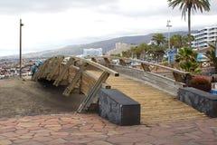 Ein Steg über dem trockenen Fluss Bett- und flloodverteidigungskanal in Playa Las Amerika in Teneriffe in den Kanarischen Inseln lizenzfreie stockfotos