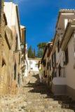 Ein steiler schmaler Weg typisch vom Albaycin-Bezirk, Granada, Spanien Lizenzfreies Stockbild